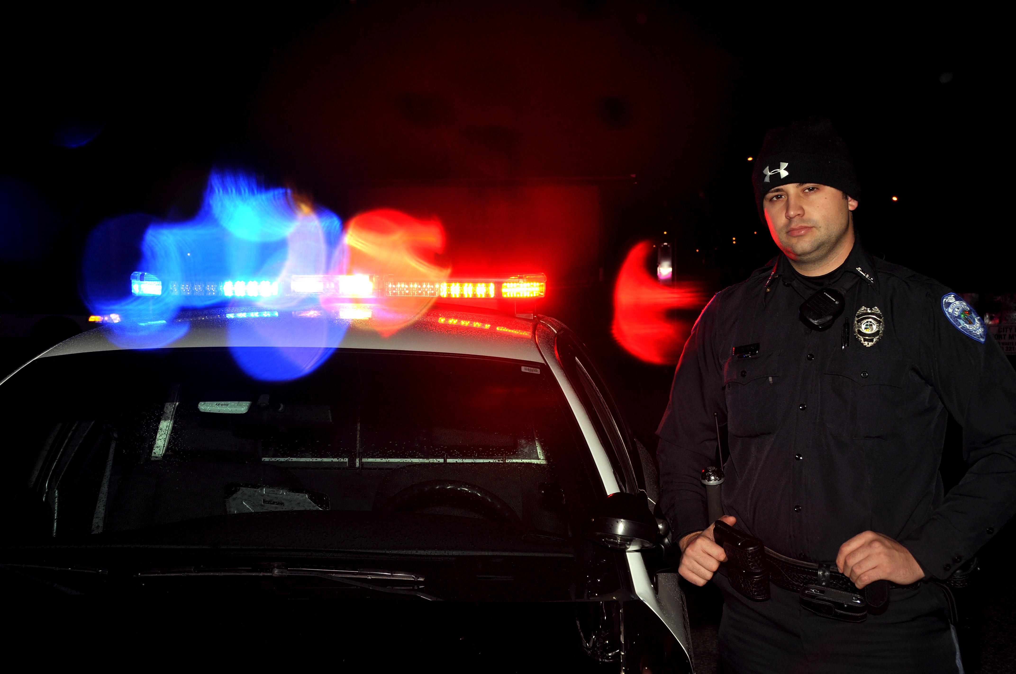 Polis misstanks ha slagit fot och handbojad man